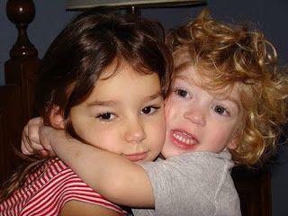 Niña y niño dándose un abrazo