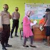 Bhabinkamtibmas Desa Lengkese Kawal Pembagian Bantuan Sosial Tunai BST Di Masyarakat