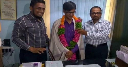 रिक्शा चालक का बेटा बना IAS, 21 साल में देश का सबसे युवा 'DM' बन रचा नया इतिहास