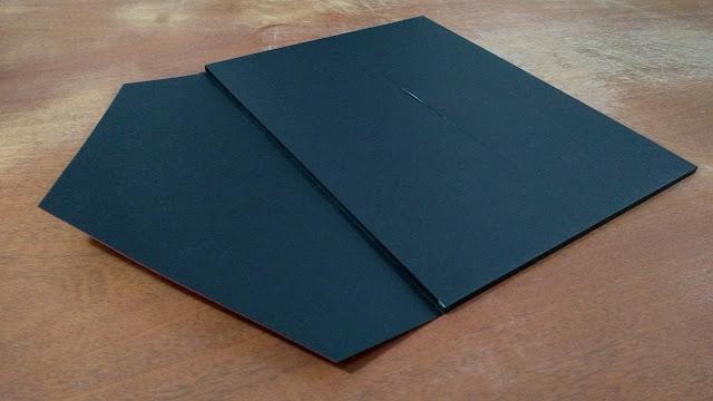 Envelope vermelho-preto semi-aberto.