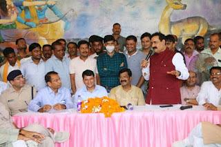 गृह मंत्री डाॅ. मिश्र ने योजनाओं के क्रियान्वयन के संबंध में आमजनों से की चर्चा