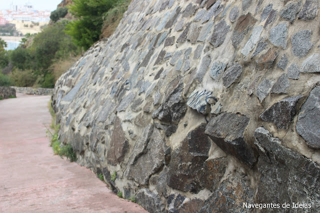 Um dos muros mais altos encontra-se completamente abaulado, dizendo vou cair