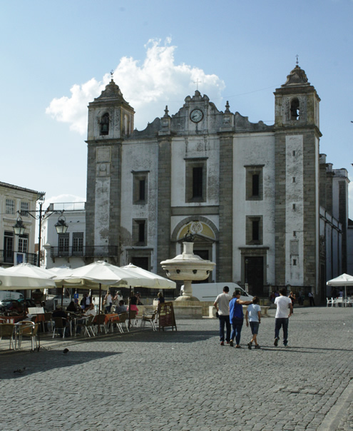 Sightseeing in Evora, Alentejo | Happy in Red