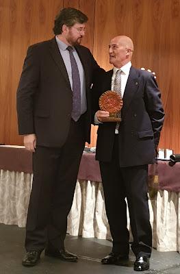 Constantino Ruiz, presidente de Federación Filatélica de Cantabria entrega trofeo a José Luis de la Cruz