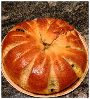Corona di pan brioche salata con bietole tricolori e provola…