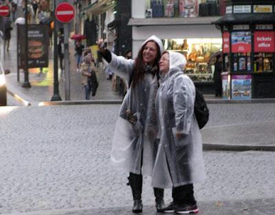 Duas mulheres fazendo selfie na chuva do Porto