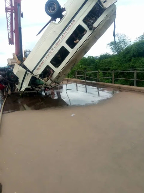 #Breaking!!! FRSC recovers 14 Corpses as Commuter Bus bus falls into Ebonyi river {photos}