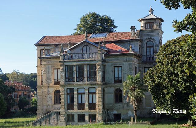 Casa Parres, escenario del Orfanato en Llanes