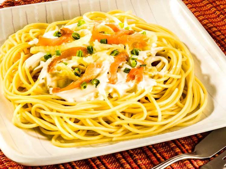 Receita de espaguete ao molho de erva doce com salmão defumado