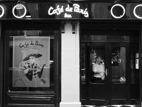 Fachada de Café de París, bar Alonso Martínez (Foto de Laesquinasinluz)
