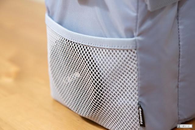 【開箱】輕巧收納好方便,HAKUBA 可折相機內袋 - 前面的網袋可以收納攝影配件、清潔用品