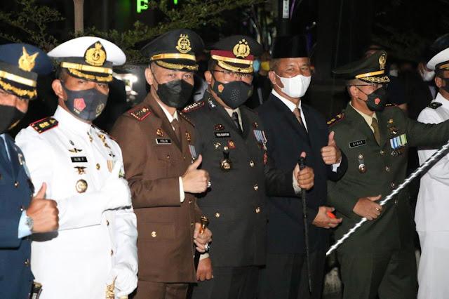 Kapolresta Barelang bersama Forkopimda Mengikuti Upacara Taptu dan Pawai Obor Menyambut HUT Kemerdekaan RI ke 76