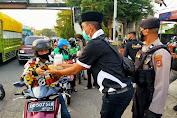 Gandeng Polisi di Gowa, KAPAS Sulsel Berbagi Takjil Ke Pengendara