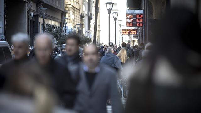 Telegramas de despido y precariedad: los estragos de la crisis económica en el mercado laboral argentino