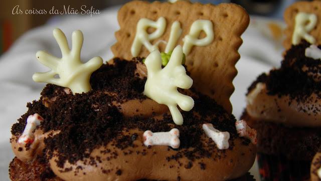 http://ascoisasdamaesofia.blogspot.com/2016/10/cupcakes-mortos-vivos.html