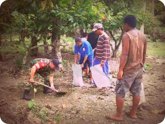 Babinsa Koramil Piru Pelopori Karya Bakti di Desa Lokky