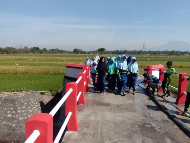 Akses Jalan Lancar, Siswa SDN 2 Jimbung Ke Sekolah Dengan Ceria