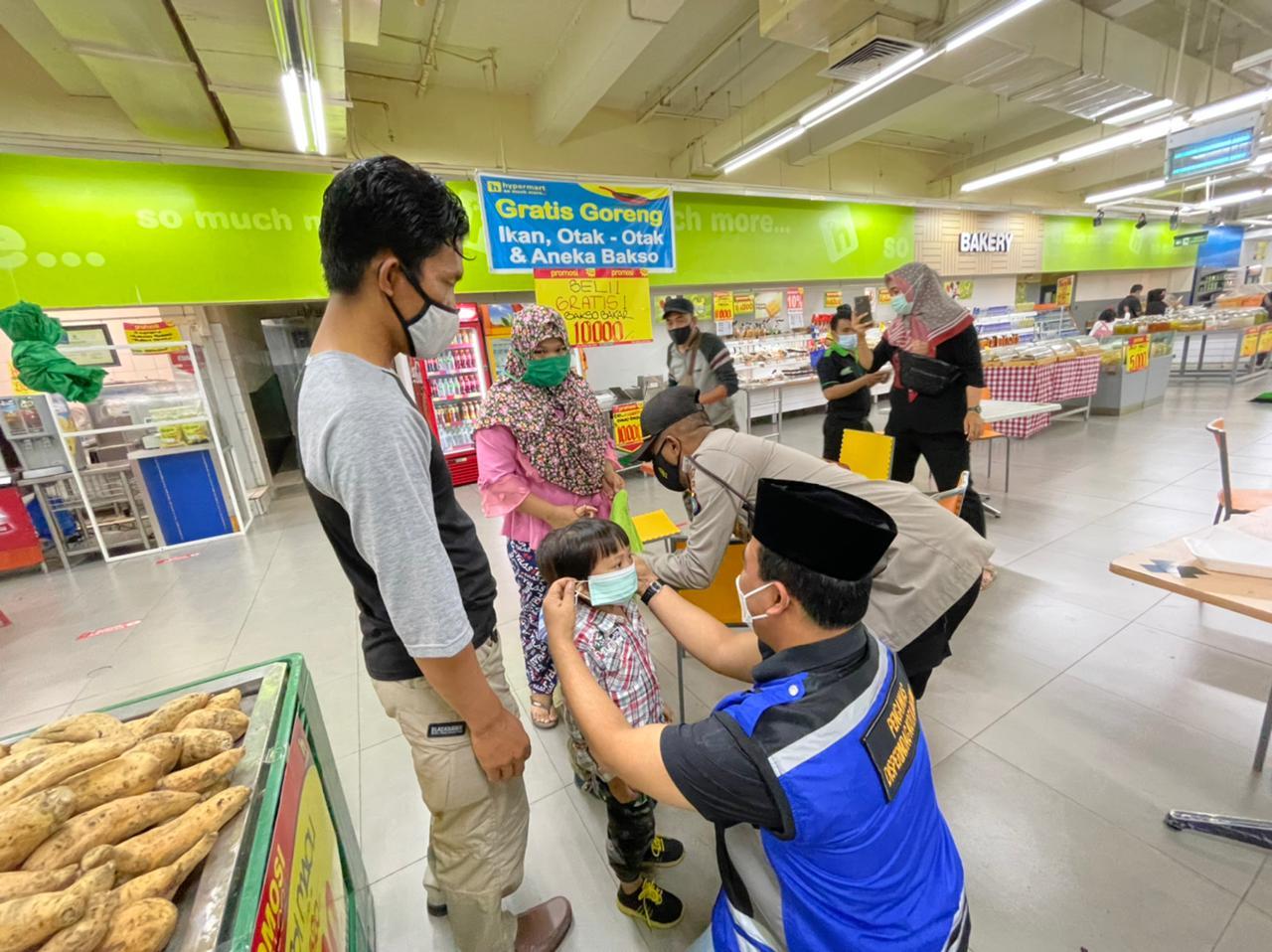 Disperindag Kota Batam Bersama TNI, Polri Mengawasi Penerapan Prokes di Pusat Perbelanjaan Kota Batam