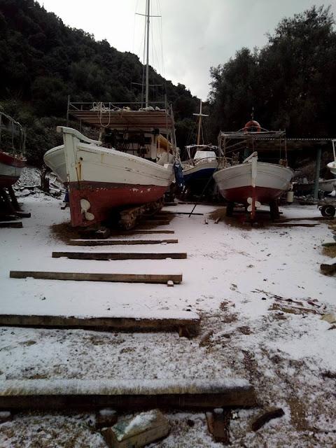Χιονισμένες οι βάρκες στο καρνάγιο της Ηγουμενίτσας