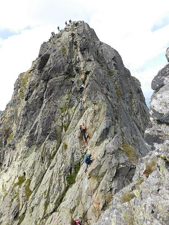 Prawie całe zejście z Kozich Czubów na Kozią Przełęcz Wyżnią. Widok ze skał Koziego Wierchu.