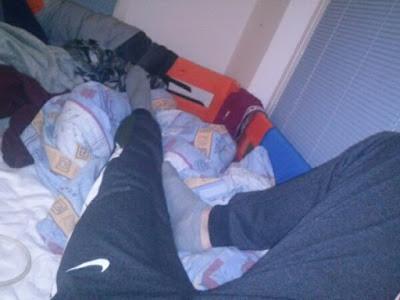 mrsav-momak-lezi-trenerka-slika-noge