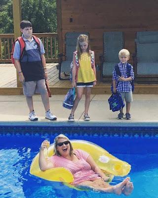 Spassbilder Ferien zuende - Glücklich Eltern im Pool
