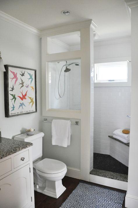 banheiro com divisória de vidro