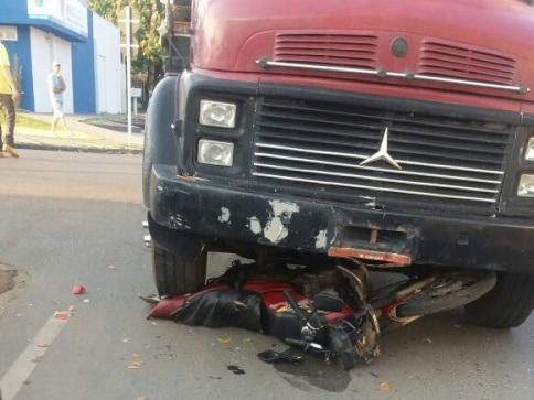 Caminhão invade preferencial e arrasta motociclista na T-4 com Teresina em Ji-Paraná