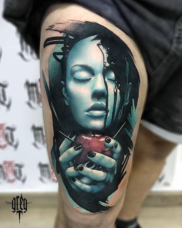 Imagen de un tatuaje de rostro azul