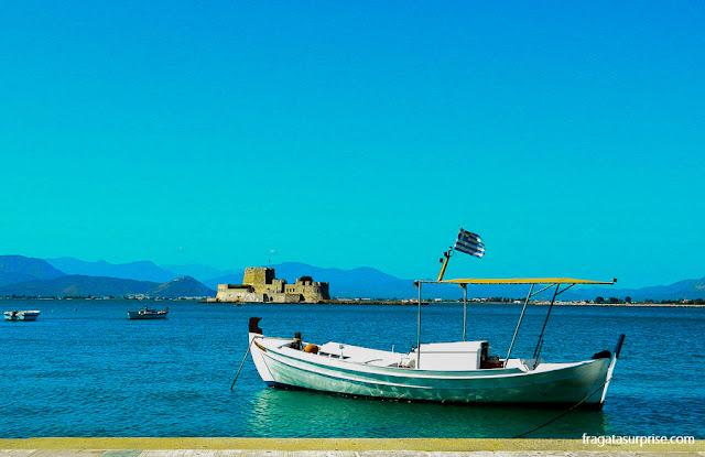 A marina de Nafplio. Ao fundo, a fortaleza do Bourtzi