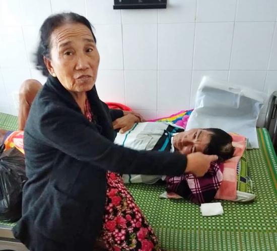 Quảng Ngãi: Ném thuốc nổ vui giao thừa, một nạn nhân nguy kịch