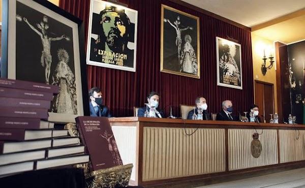 La Archicofradía de la Expiración de Málaga repasa sus cien años de historia en un libro con casi 450 fotografías