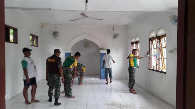 Sambut Tahun Baru, Prajurit Yonarmed 11 Kostrad Magelang Ajak Warga Bersihkan Mushola