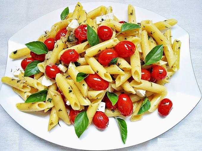 Salada de macarrão com tomatinhos, edamame e queijo branco