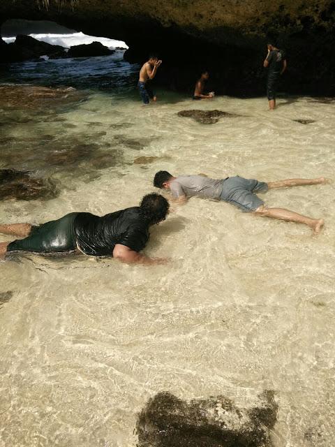 Mandi di Pantai Srau Pacitan
