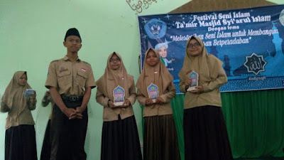 Penyerahan hadiah kepada Juara Lomba Desain Busana Muslim