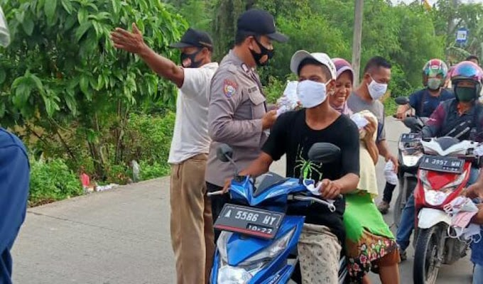 Bhabinkamtibmas Polsek Cikande dan Petugas PPKM Desa Koper Bagikan Masker serta Edukasi Prokes ke Masyarakat