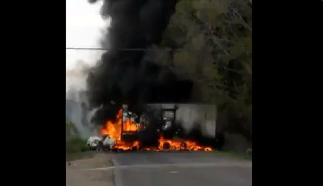 VIDEO.-  En Aguililla Michoacán amanece con Narcobloqueos por parte del CJNG para impedir entrada  de Carteles Unidos