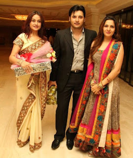 Actor abbas with photo pose with wife friends