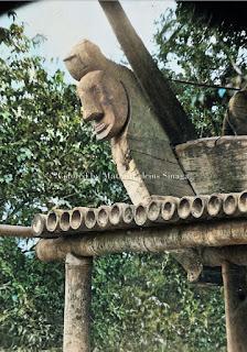 ukiran kayu di sebuah rumah di kabanjahe