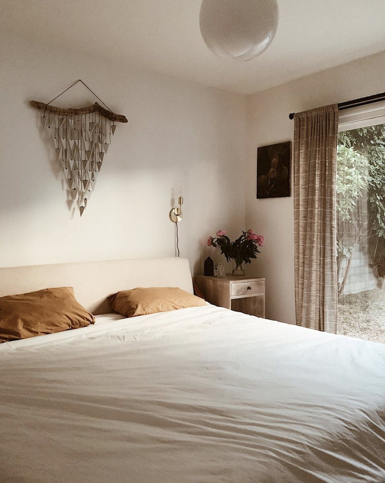 Minimalistische warme Scandinavische slaapkamer