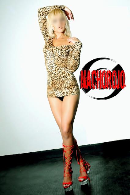escort rubia con vestido de leopardo en estudio