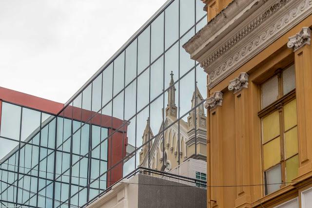 Reflexo da Catedral de Curitiba em um prédio