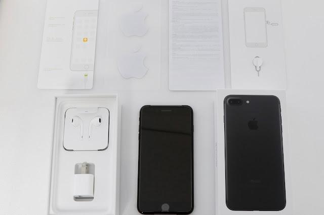 這次 Apple iPhone 7 plus 的盒裝內容,包括手機本體、Earpod lightning 耳機、lightning 轉 3.5 mm 轉接線(耳機背面)、電源轉接器、退卡針、說明書、 Apple 貼紙、快速指南