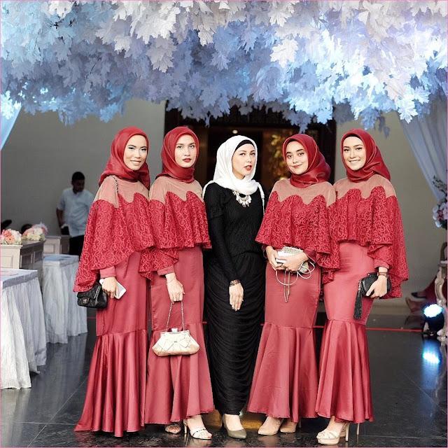 Outfit Baju Bridesmaid Berhijab Ala Selebgram 2018 kebaya terusan kain brokat satin kerudung segiempat hijab square organza merah tua ciput rajut hitam high heels wedges slingbags clutch ootd outfit kondangan trendy