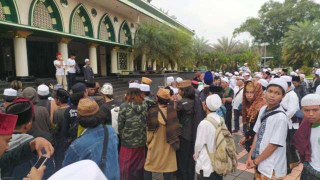 Naik 14 Bus, Ulama & Santri Ciamis Sambut Habib Rizieq ke Jakarta