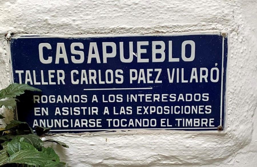 placa azul e branca na entrada da casapueblo no uruguai