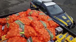 PRF prende cinco pessoas que estavam roubando carga de cebola em Registro-SP