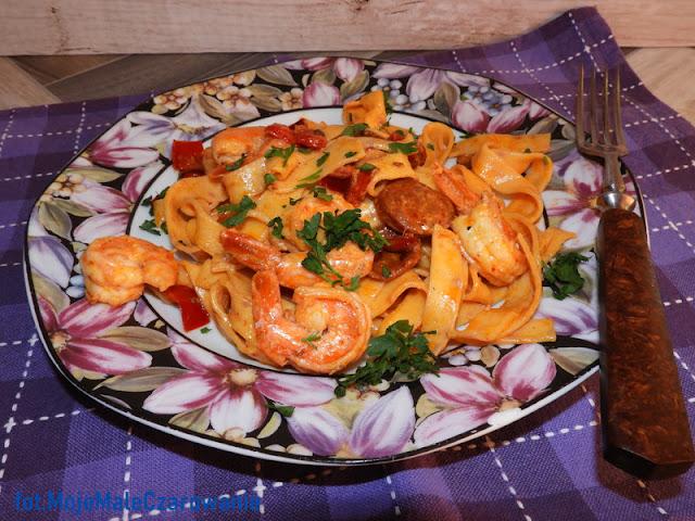 Smażone krewetki z czosnkiem i chorizo z makaronem tagliatelle z chili - CZYTAJ DALEJ