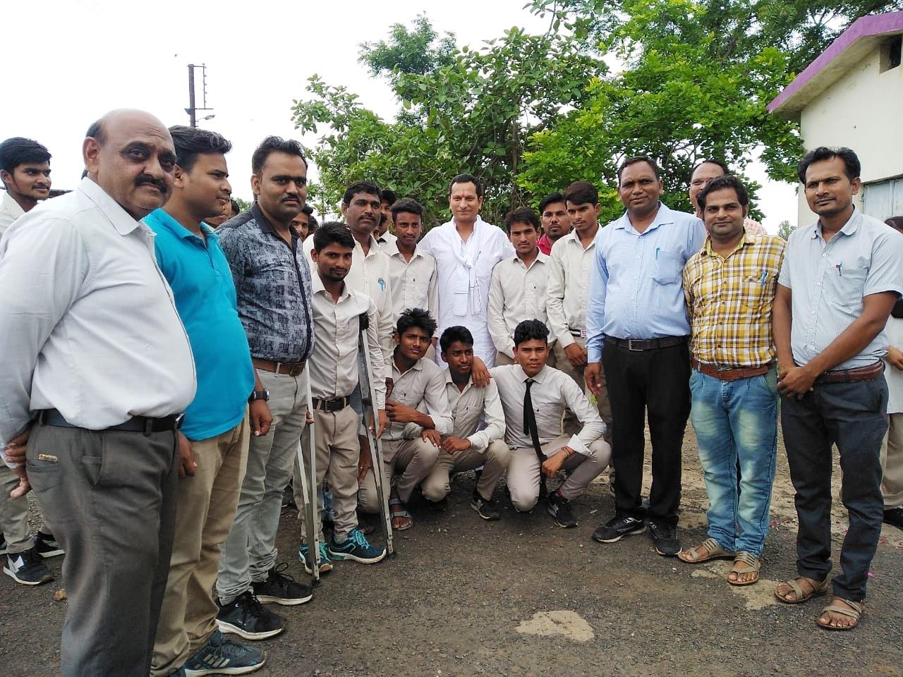 प्रभारी मंत्री श्री सुरेन्द्र सिंह बघेल ने अगराल मॉडल स्कूल परिसर मे किया पौधारोपण